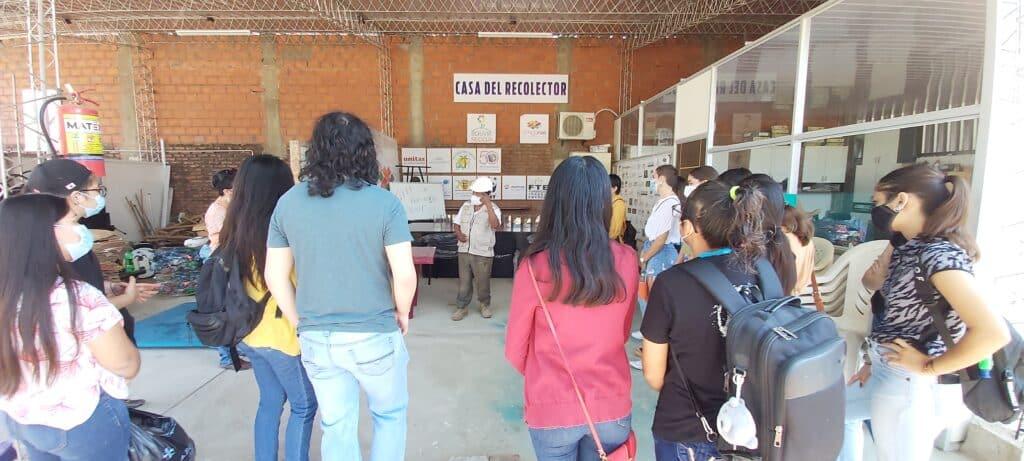 Student*innen besuchen das Sammelzentrum